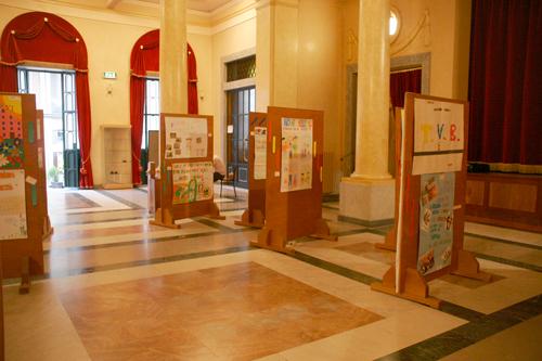 Foyer Teatro con mostra disegni scuole primarie